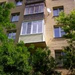 Остекление балкона пластиковыми окнами PROPLEX. Комплексная отделка балкона (вид с улицы).